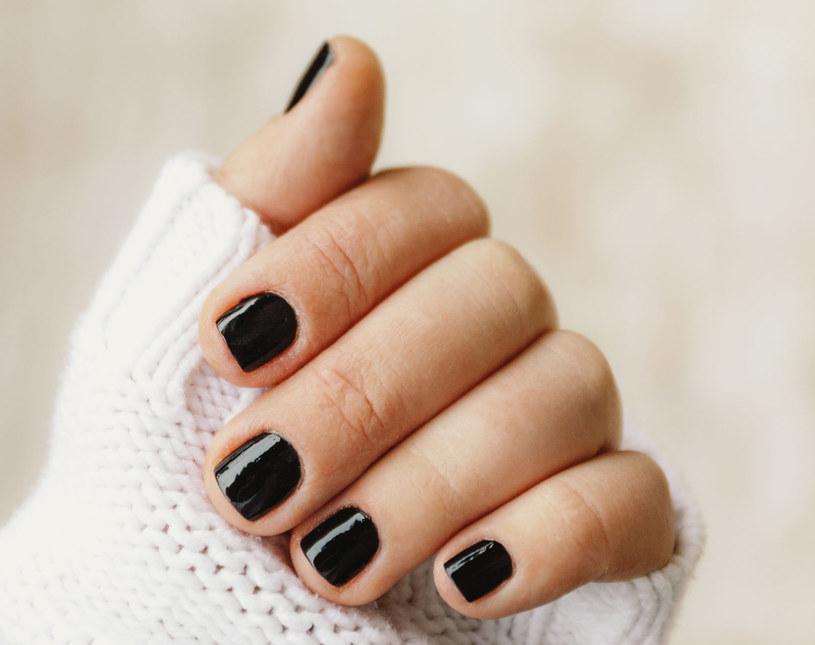 Ciemne kolory na paznokciach wymagają precyzji i perfekcji - nie tylko podczas aplikacji /123RF/PICSEL