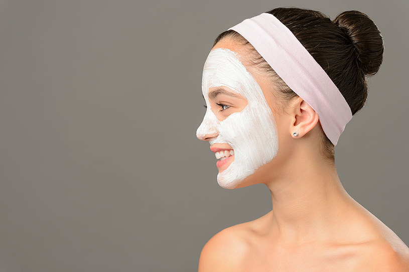 Ciemne plamki na twarzy czy dekolcie możemy rozjaśnić bez stosowania drogich kosmetyków /123RF/PICSEL