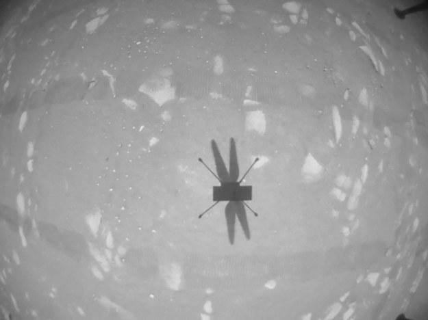 Cień Ingenuity podczas drugiego lotu /NASA/JPL-Caltech /Materiały prasowe