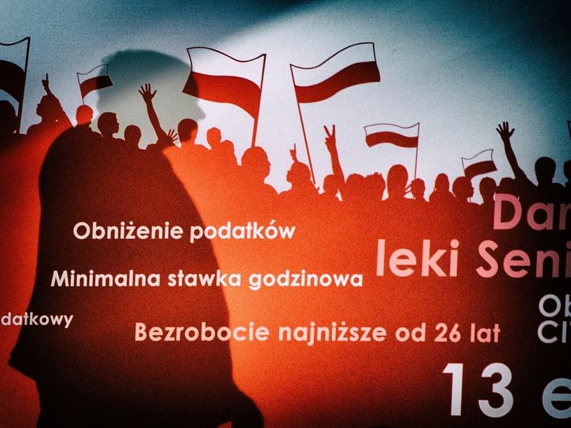 Cień Jarosława Kaczyńskiego na konwencji PiS /Tadeusz Koniarz /Reporter