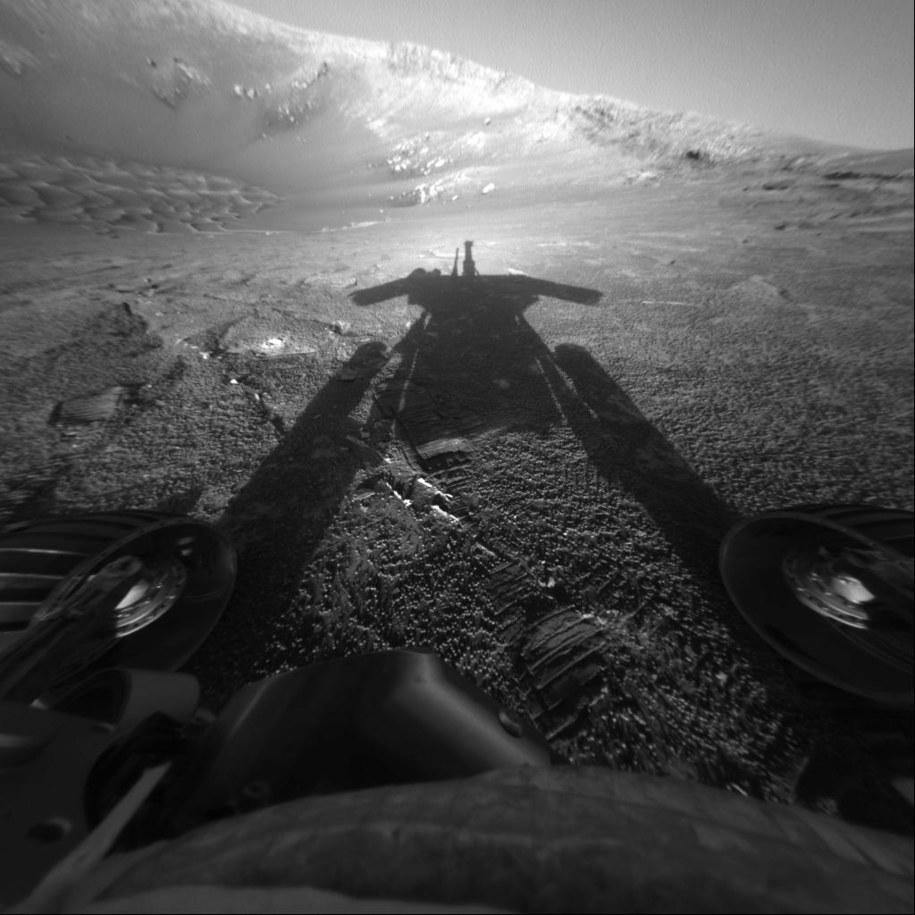 Cień łazika Opportunity, sfotografowany jego własną kamerą 26 lipca 2004 roku, w rejonie Endurance Crater /NASA/JPL-Caltech /Materiały prasowe