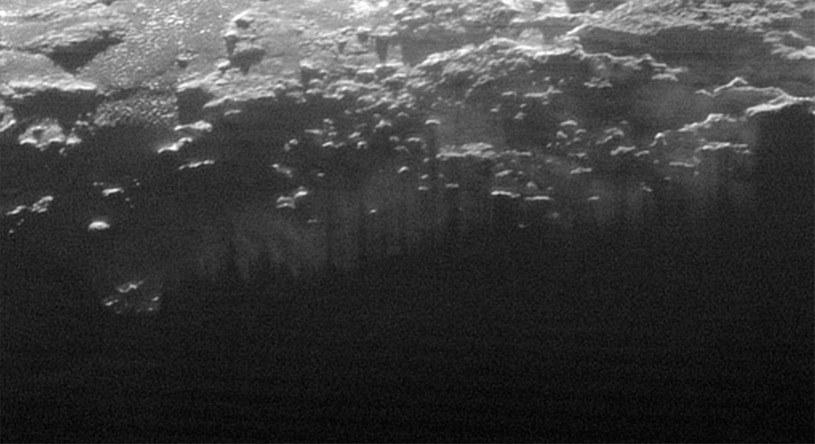 Cienie gór na powierzchni mgły nad Plutonem /NASA