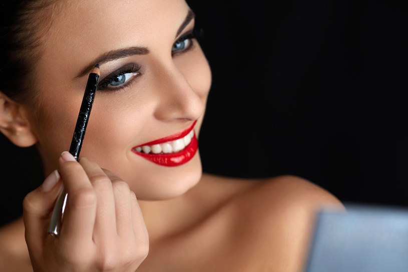 Cienie, kredki i żele do brwi to kosmetyki, które w swojej ofercie mają wszystkie większe marki makijażowe /123RF/PICSEL