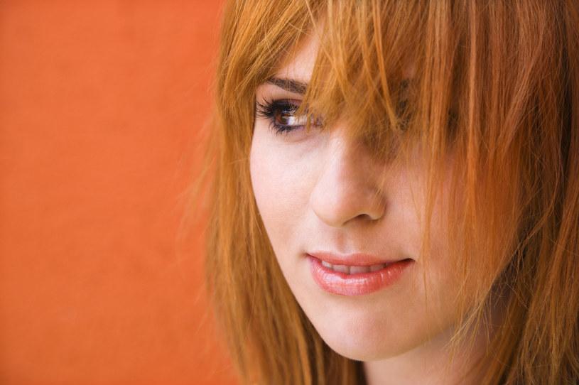 Cieniowane włosy pasują wielu kobietom, dlatego wiele pań prosi o nie w salonie fryzjerskim, jednak w niektórych przypadkach wcale nie dodają one uroku /123RF/PICSEL