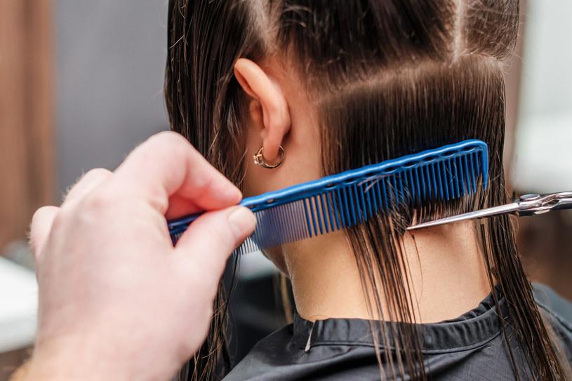 Cieniowane włosy to spora zmiana w wyglądzie /123RF/PICSEL