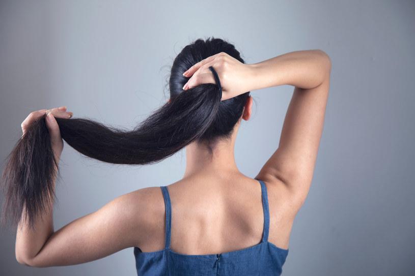 Cienki, wysoko wiązany kucyk może trwale osłabić włosy /123RF/PICSEL