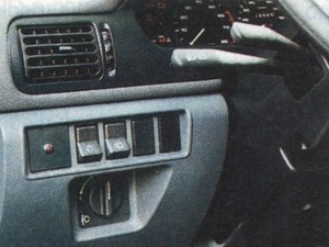 Cienkie drążki przełączników pod kierownicą nie budzą zaufania, klawisz tylnej wycieraczki można pomylić z włącznikiem świateł, ale jest regulacja poziomu reflektorów na wypadek mocnego obciążenia tyłu. /Motor