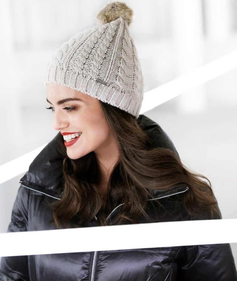 Ciepła czapka w neutralnym kolorze sprawdzi się zawsze /materiały prasowe