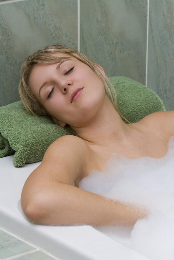 ciepła kąpiel na skurcze /© Photogenica