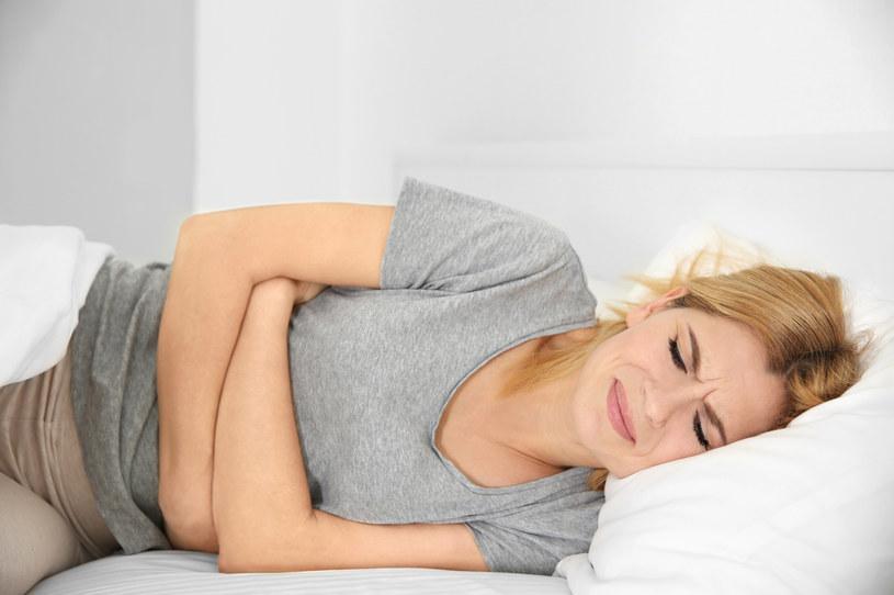 Cierpiąca trzustka da o sobie znać bólami brzucha /123RF/PICSEL
