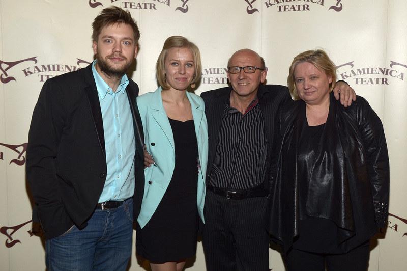 Cieszę się, że również mój syn znalazł kobietę, z którą jest szczęśliwy – zwierza się Artur Barciś. Na zdj. od lewej: syn Franciszek, jego narzeczona Joanna i żona aktora Beata. /Gałązka /AKPA