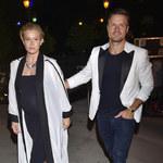 Ciężarna Katarzyna Warnke z mężem Piotrem Stramowskim na pokazie mody