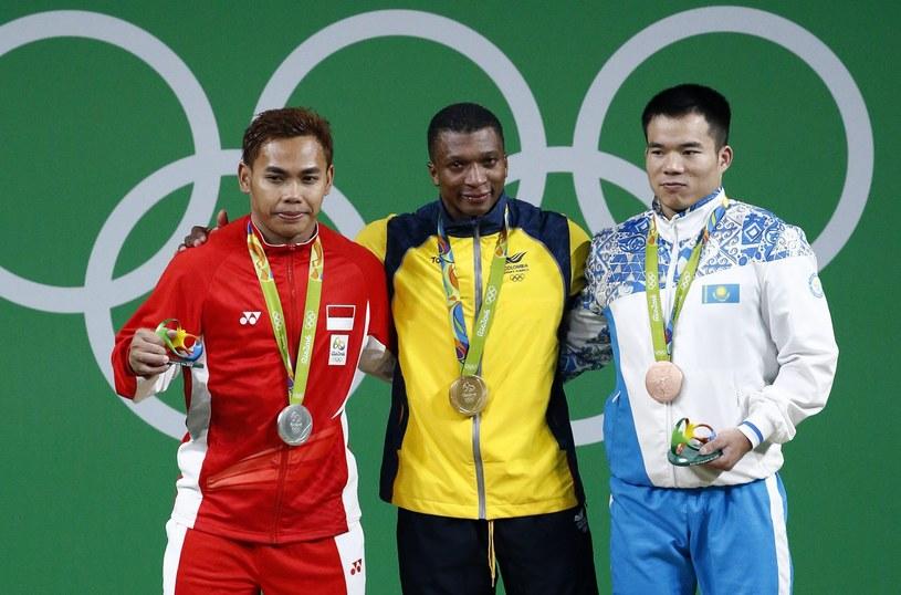 Ciężarowcy z medalami. W środku Oscar Mosquera (mistrz olimpijski) /PAP/EPA