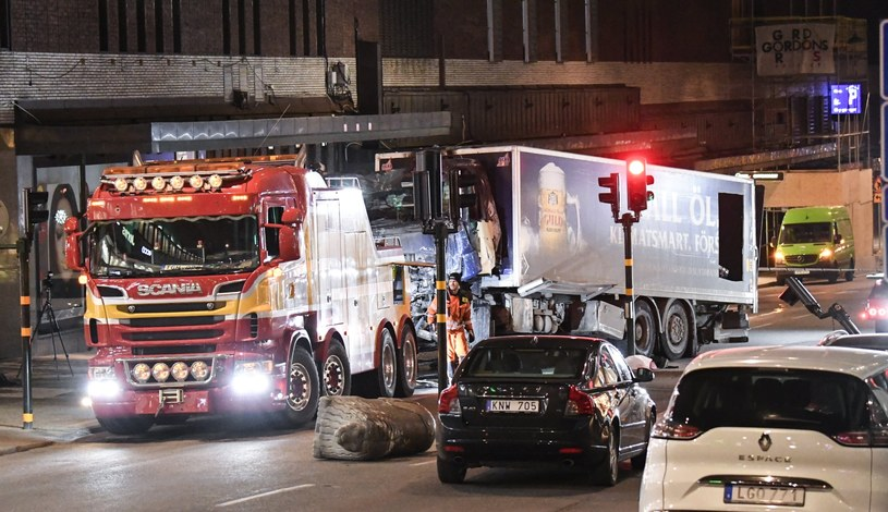 Ciężarówka, którą posłużył się sprawca zamachu /MAJA SUSLIN   /PAP/EPA