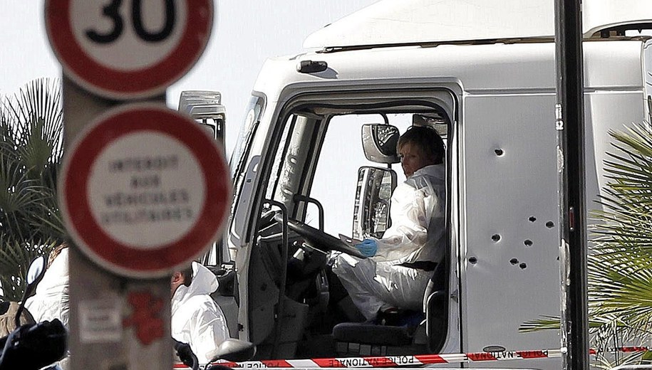 Ciężarówka, którą terrorysta wjechałw tłum /ALBERTO ESTEVEZ /PAP/EPA