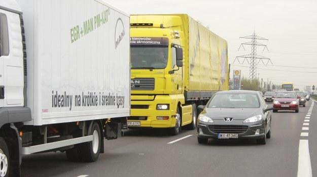 Ciężarówka musi zostawić przed sobą miejsce na co najmniej jedno auto. /Motor