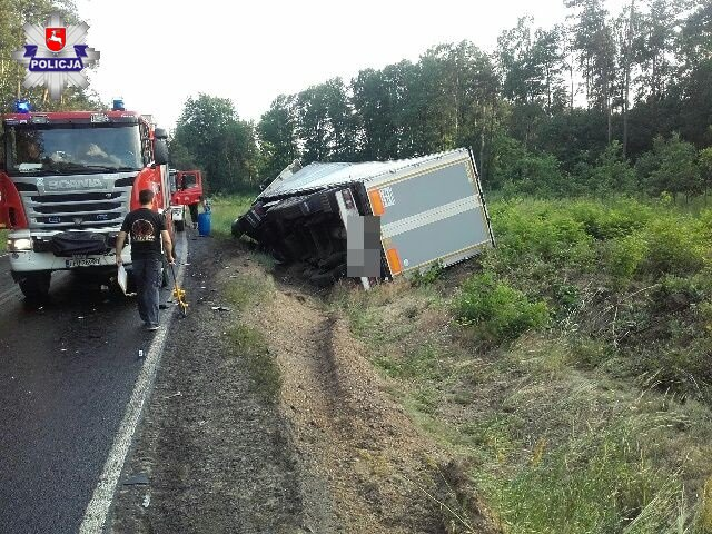 Ciężarówka na boku zatrzymała się w rowie /