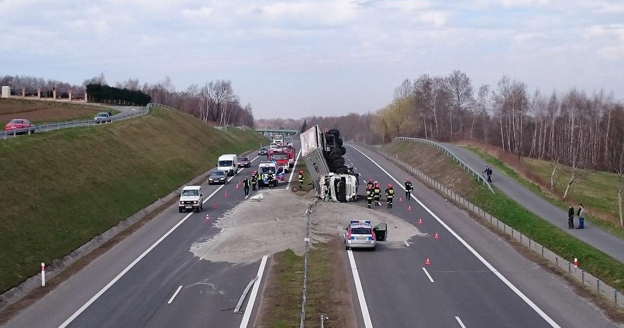 Ciężarówka niemal stanęła pionowo, nikt nie ucierpiał