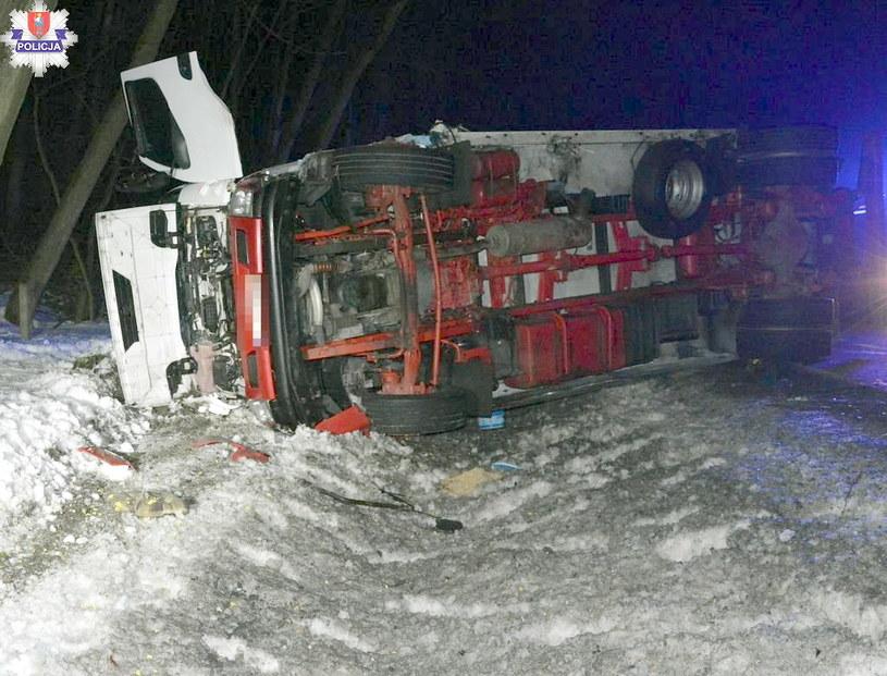 Ciężarówka przewróciła się na bok /Policja