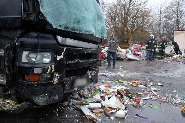 Strażacy usuwają rumowisko powstałe w wyniku wypadku, do którego doszło we wsi Nożyno