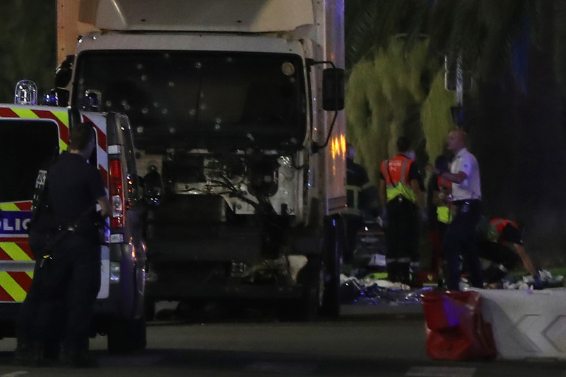 Ciężarówka użyta do zamachu w Nicei /AFP