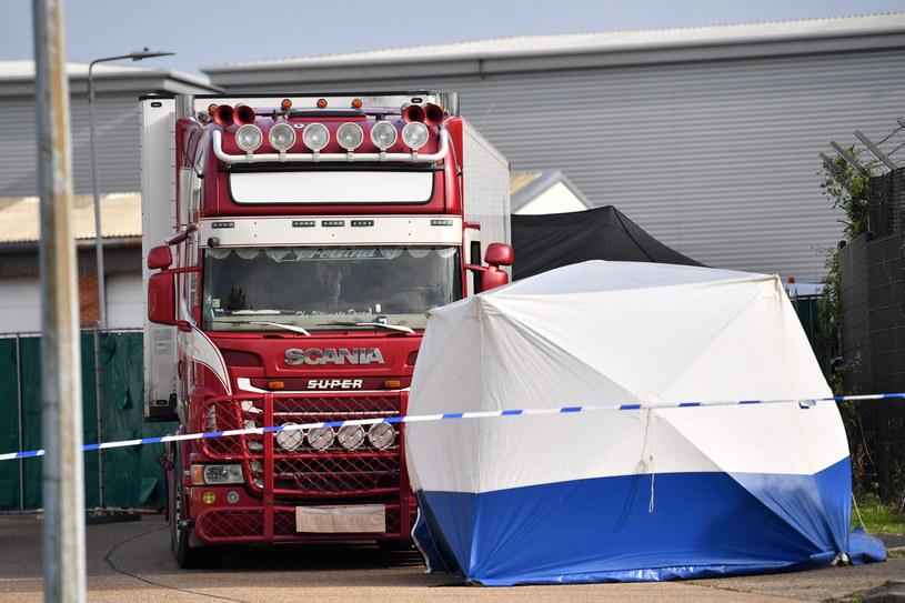 Ciężarówka, w której dokonano makabrycznego odkrycia /BEN STANSALL / AFP /East News