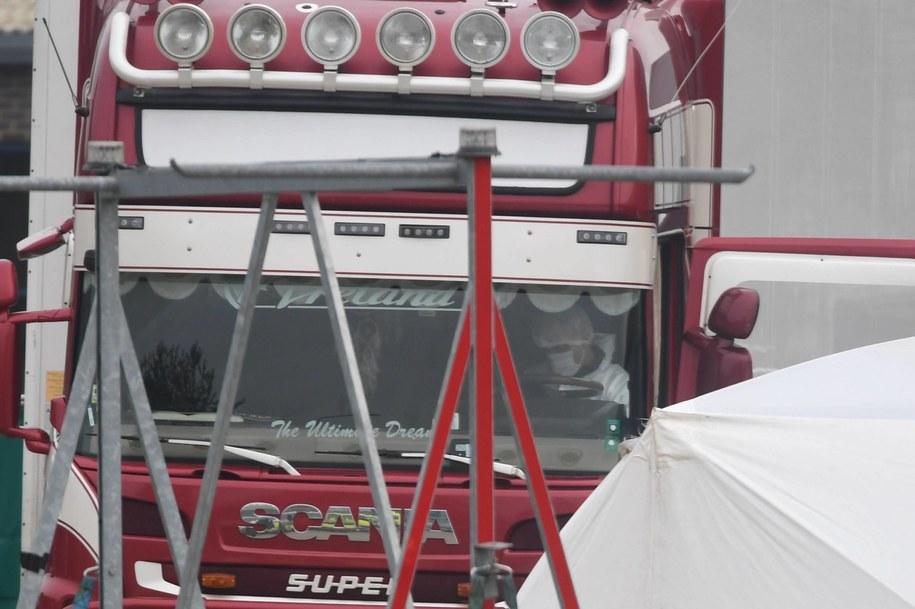 Ciężarówka, w której znaleziono ciała 39 osób /STEFAN ROUSSEAU /PAP/EPA