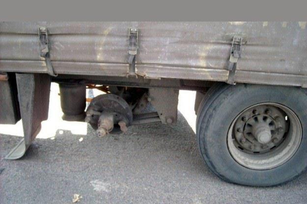 Ciężarówka wiozła torf o wadze 24 ton... / Fot: ITD /
