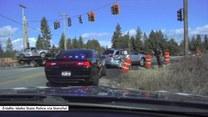 Ciężarówką wpadł w auto sprawdzane przez policjanta. Cudem uniknął obrażeń