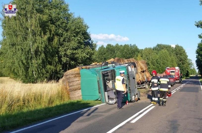 Ciężarówka wywróciła się na bok /