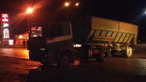 Ciężarówka z niewyjaśnionych przyczyn zablokowała drogę krajową