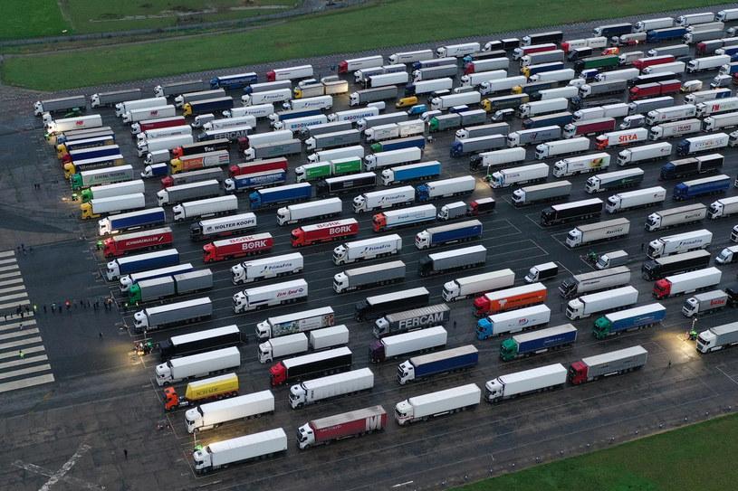 Ciężarówki czekające na wjazd do Francji na nieużywanym lotnisku Manston na wschodzie hrabstwa Kent /Dan Kitwood /Getty Images