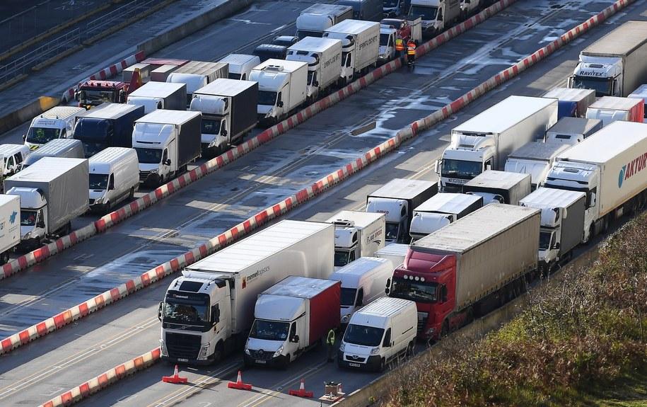 Ciężarówki, które stały w kolejce przed przejściem granicznym / ANDY RAIN    /PAP/EPA