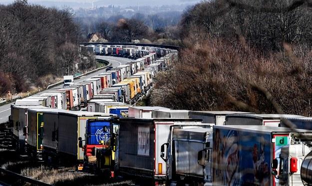 Ciężarówki stojące przed przejściem granicznym /FILIP SINGER /PAP/EPA