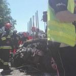 Ciężarówki zmiażdżyły samochód osobowy. Dwie osoby nie żyją, dziecko w ciężkim stanie