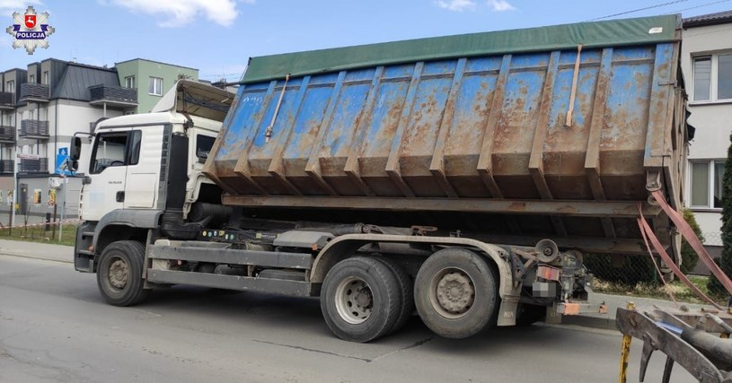 Ciężki ładunek mógł wywrócić całą ciężarówkę /