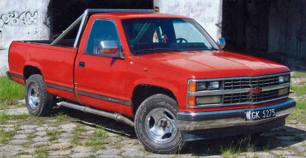 Ciężki, ogromny, posiadający nadmiar mocy pick-up Chevroleta jest w stanie pociągnąć niemal wszystko. Do lokomotywy upodabnia go to, że jeździ w miarę szybko, ale najchętniej prosto. /Motor