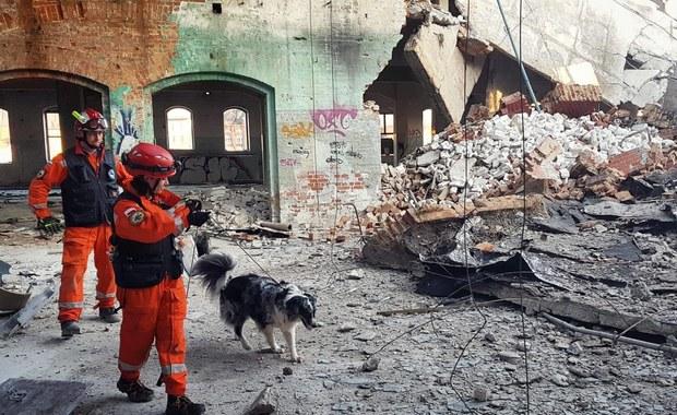 Ciężki sprzęt na terenie zawalonej starej fabryki porcelany w Wałbrzychu