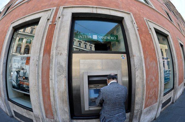 Ciężko wyobrazić sobie życie bez bankomatów /AFP
