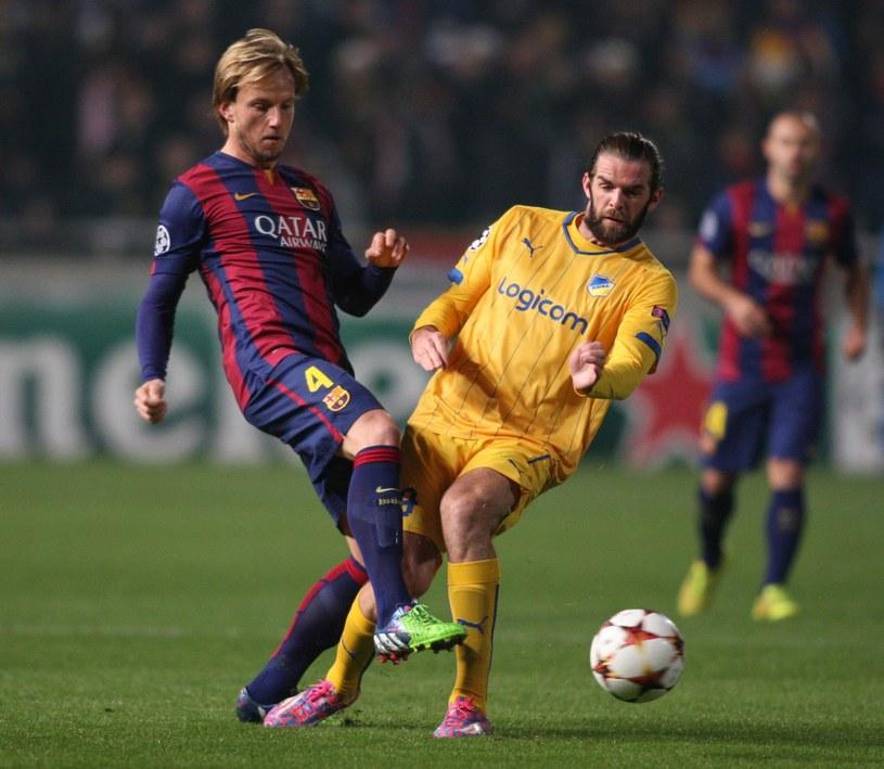 Cillian Sheridan (z prawej) w meczu Ligi Mistrzów APOEL Nikozja - FC Barcelona /AFP