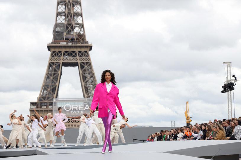 Cindy Bruna na pokazie w Paryżu /Getty Images