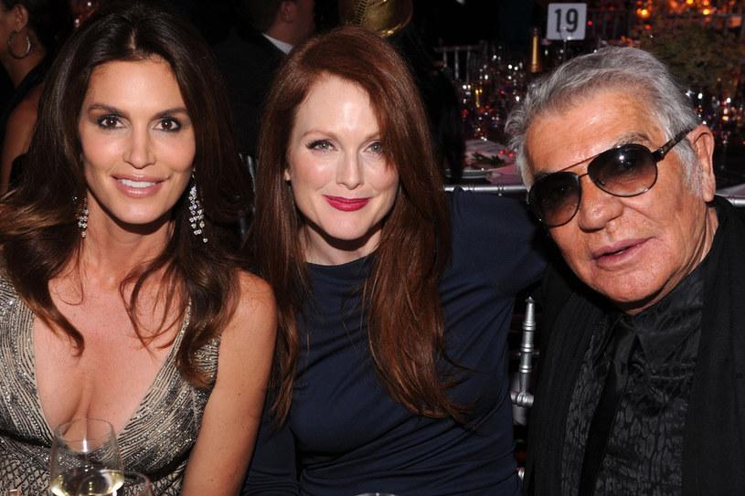 Cindy Crawford, Julienne Moore i projektant Roberto Cavalli podczas bankietu po pokazie /Getty Images
