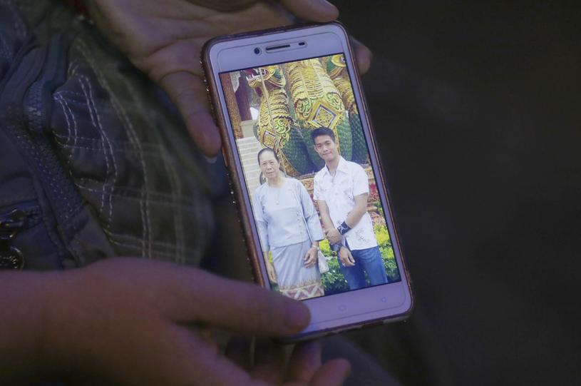 Ciotka Chantawonga pokazuje zdjęcie, na którym widać trenera i jego matkę /East News
