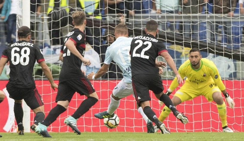Ciro Immobile strzela gola dla Lazio w meczu z AC Milan /PAP/EPA