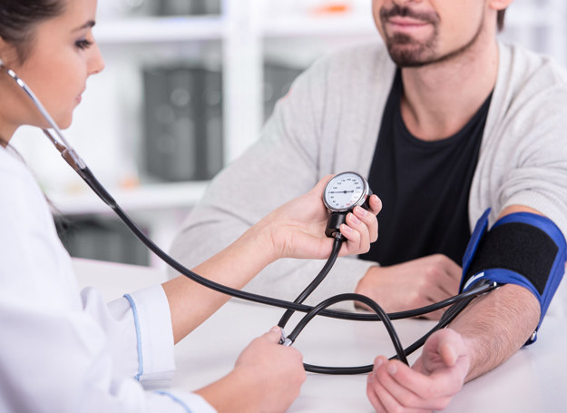 Ciśnienie może nagle wzrosnąć przed samym pomiarem na skutek... obecności lekarza lub pielęgniarki /123RF/PICSEL