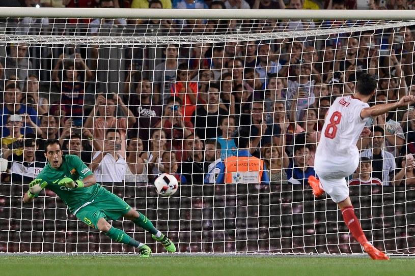 Claudio Bravo broni rzut karny w spotkaniu o Superpuchar Hiszpanii z Sevillą /AFP