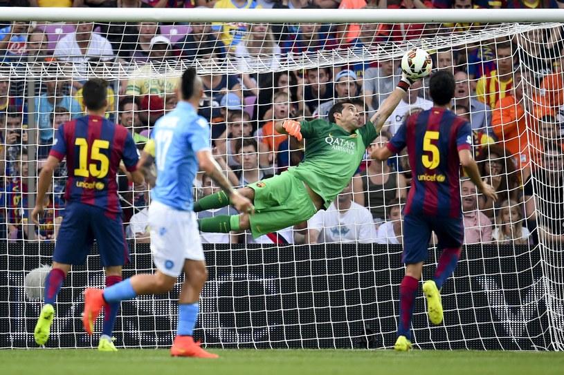 Claudio Bravo w pierwszej połowie uchronił Barcelonę przed stratą bramki /AFP