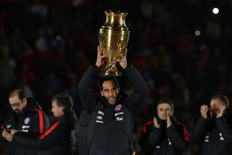 Claudio Bravo z trofeum /AFP