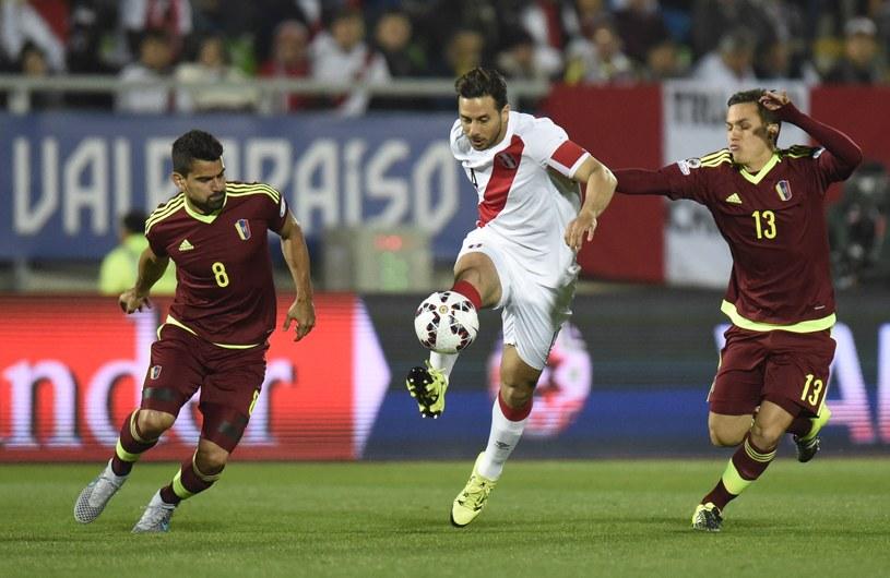 Claudio Pizarro (w środku) zapewnił zwycięstwo Peru w meczu z Wenezuelą /AFP
