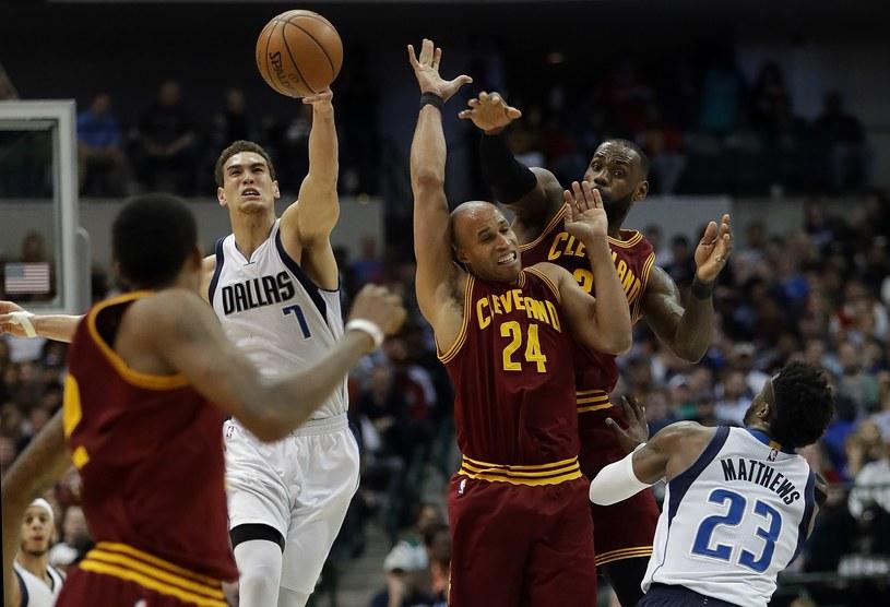 Cleveland Cavaliers (bordowe stroje) nie sprostali Dallas Mavericks /AFP